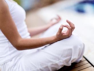 23026-10-postures-de-yoga-pour-femme-enceinte