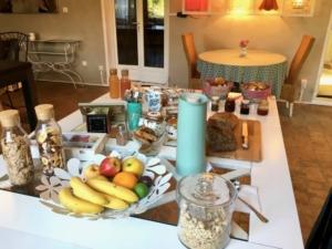 domaine-de-rochebelle-table-dhotes-petit-dejeuner-buffet