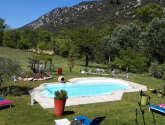 vue parc et piscine maison de vacances rochebelle