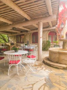 domaine-de-rochebelle-table-hotes-terrasse